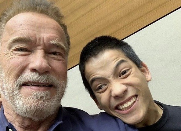 Schwarzenegger praises heroes